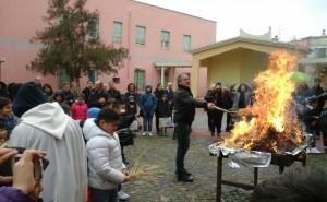 nel_fuoco_sacro_apparsa_la_madonna_a_monserrato_i_fedeli_gridano_al_miracolo-0-0-433585